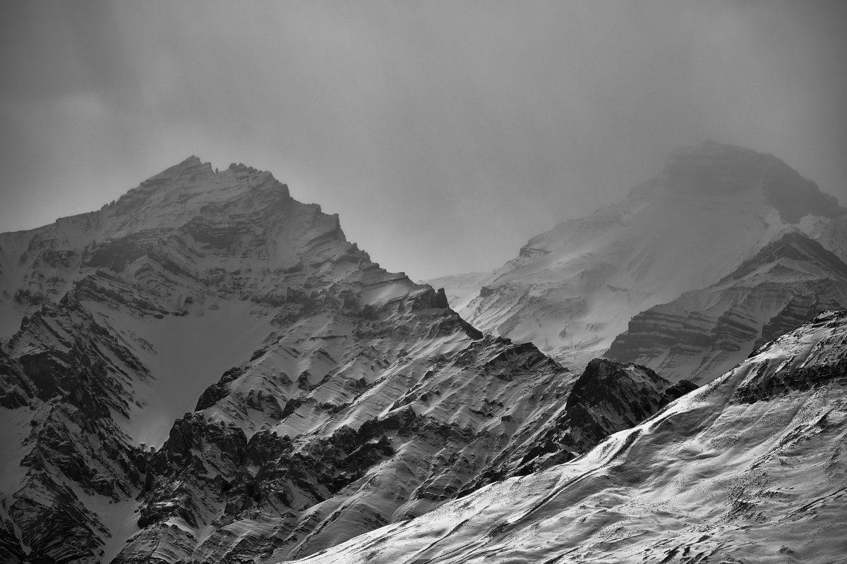 photo en noir et blanc de deux pics montagneux de l'Himalaya