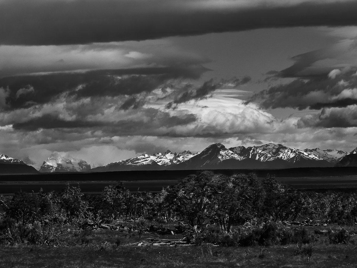 photo en noir et blanc de montagnes lointaines en patagonie