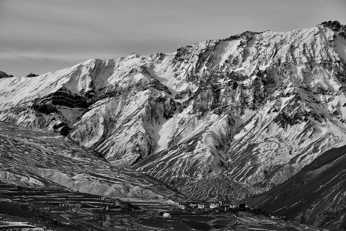 photo en noir et blanc du village de Kibber situé dans la vallée de Spiti dans l'Himalaya