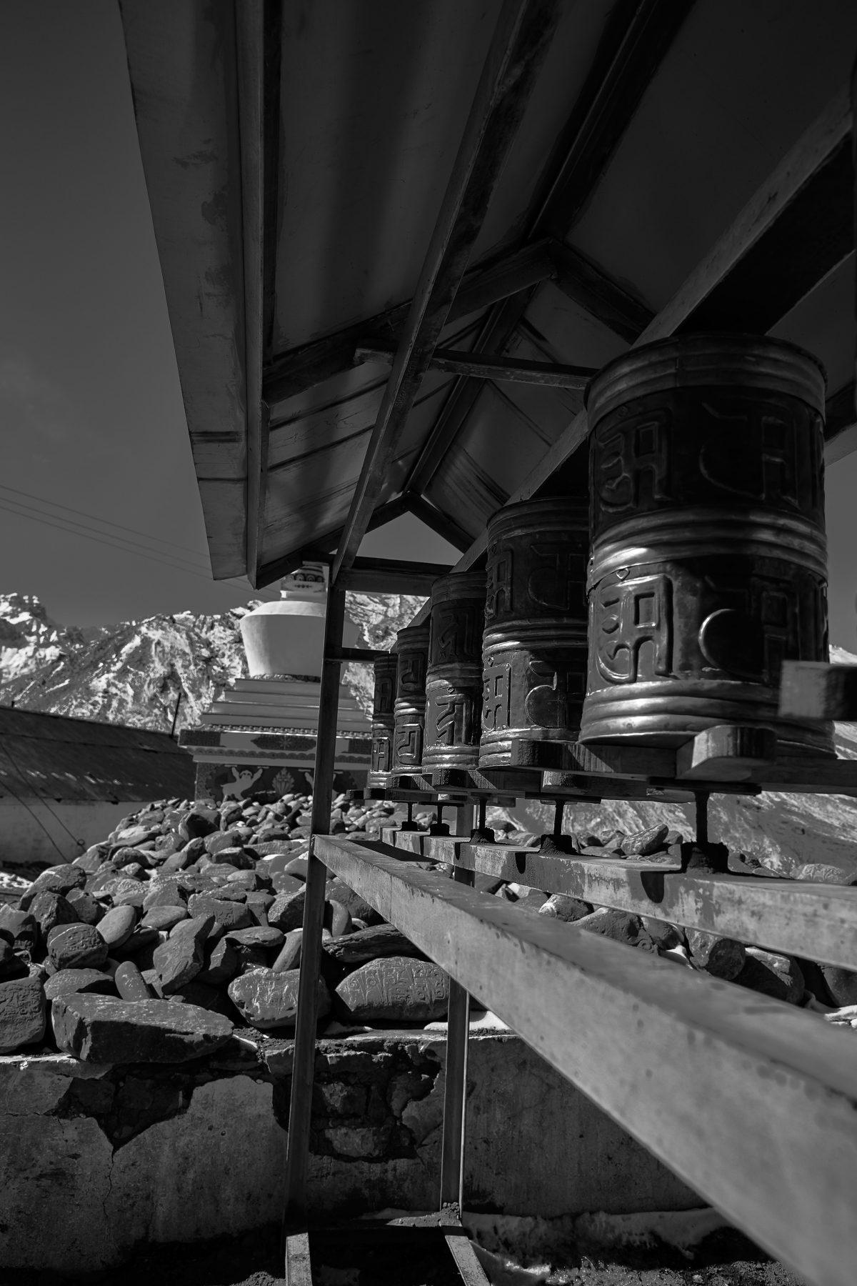 photo en noir et blanc de moulins à prières