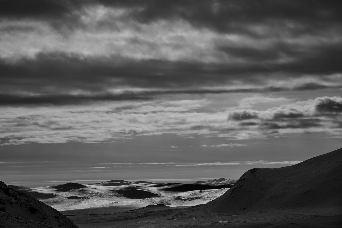 photo en noir et blanc d'un desert norvégien