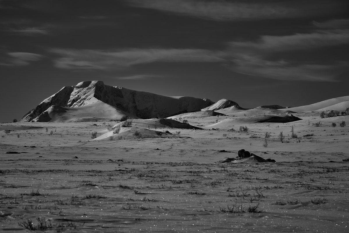 photo en noir et blanc de montagnes norvégiennes