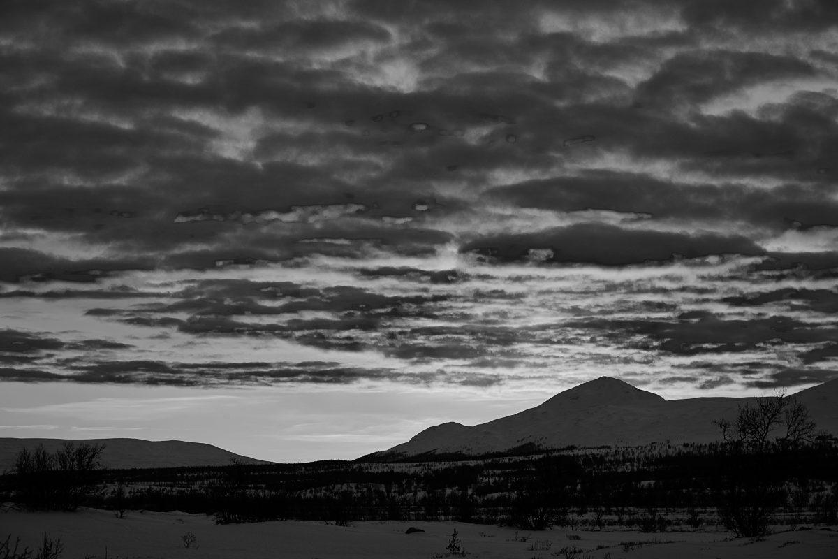 photo en noir et blanc d'un couché de soleil à Dovrefjell